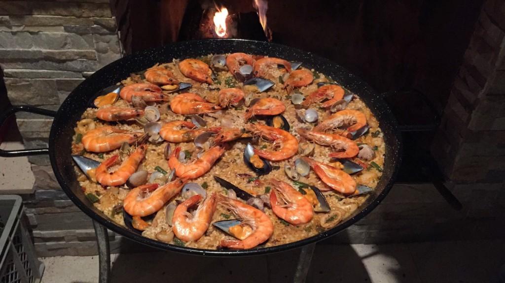 Die Paella wird extra für euch von einer Spitzenköchin angesetzt.